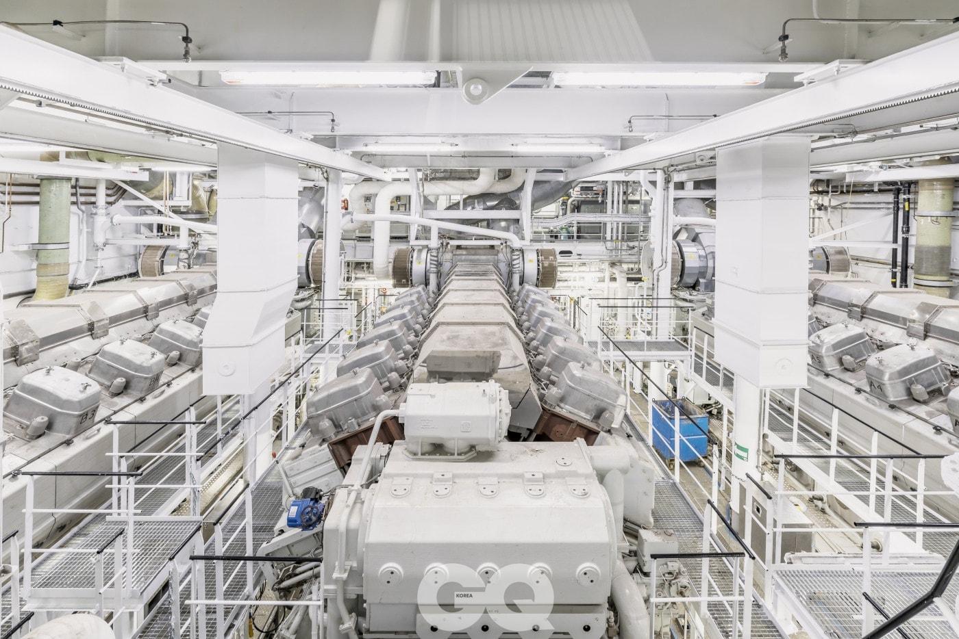 14,400킬로와트 디젤 엔진 4개와 19,200 킬로와트 디젤 엔진 2개로 배가 움직인다.