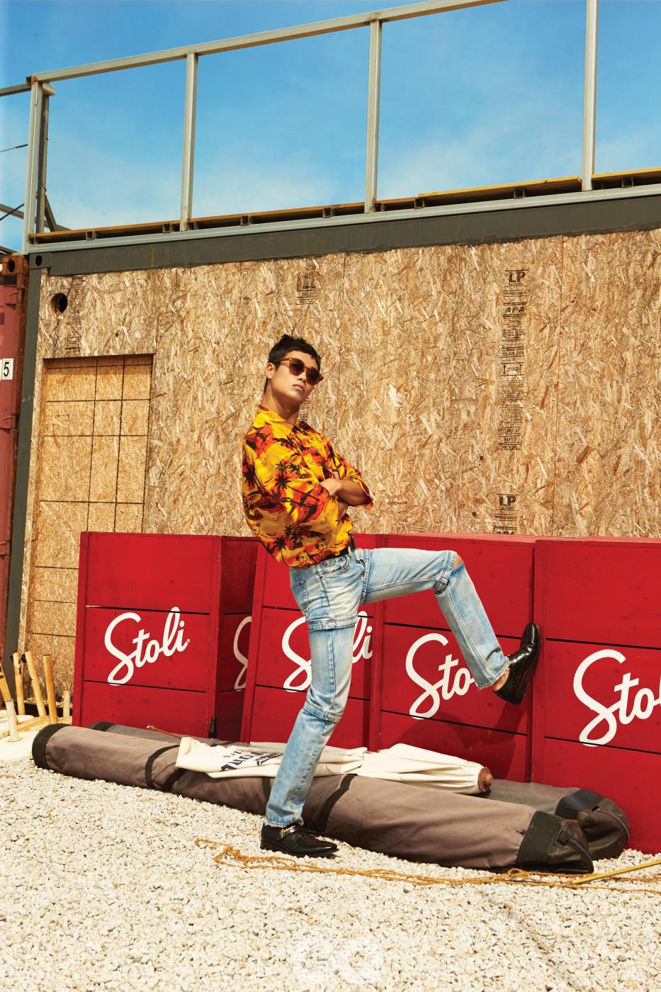 하와이안 셔츠, 데님 팬츠, 벨트, 슈즈 가격 미정, 모두 발렌시아가. 선글라스 40만원대, 올리버 피플스 at 룩소티카.