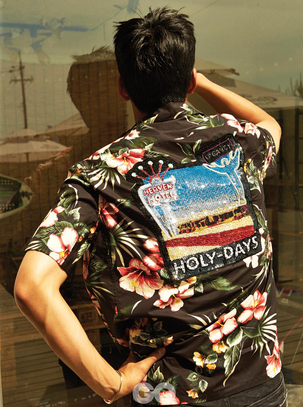 하와이안 셔츠, 데님 팬츠 가격 미정, 모두 발렌티노. 브레이슬릿 24만8천원, 불레또.