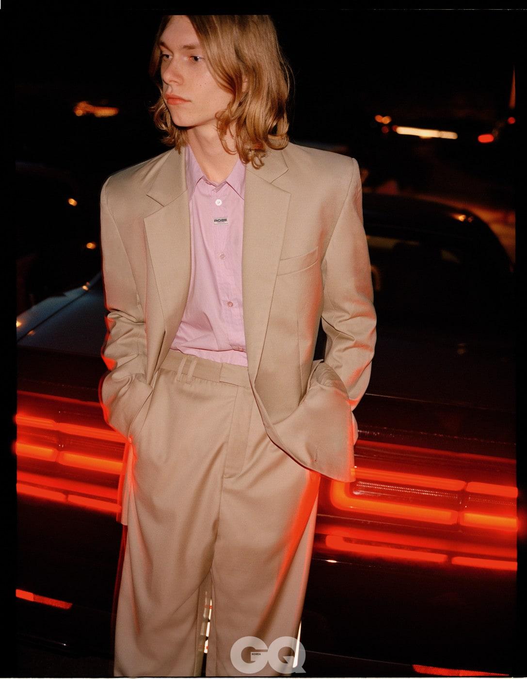 재킷 €1,490, 팬츠 €800, 셔츠 €390, 모두 마틴 로즈.