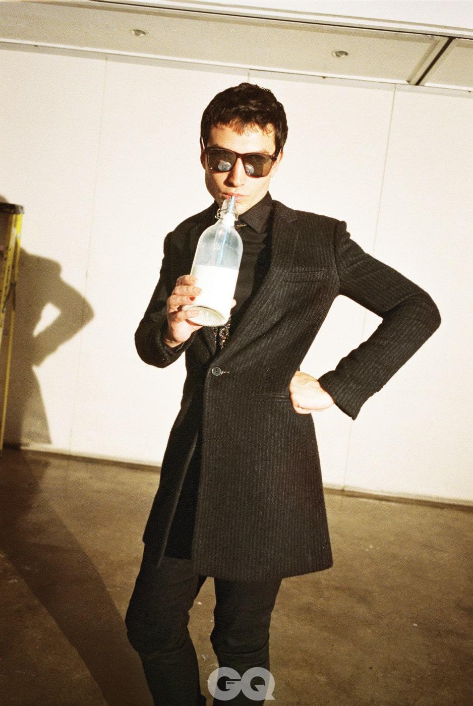 원버튼 스트라이프 재킷, 클래식 블랙 사틴 셔츠, 블랙 데님 슬림 진, 멀티 컬러 엠브로이더리 타이, 모두 생 로랑 by 안토니 바카렐로. 버건디 색 선글라스, 생 로랑 by 케어링아이웨어코리아.