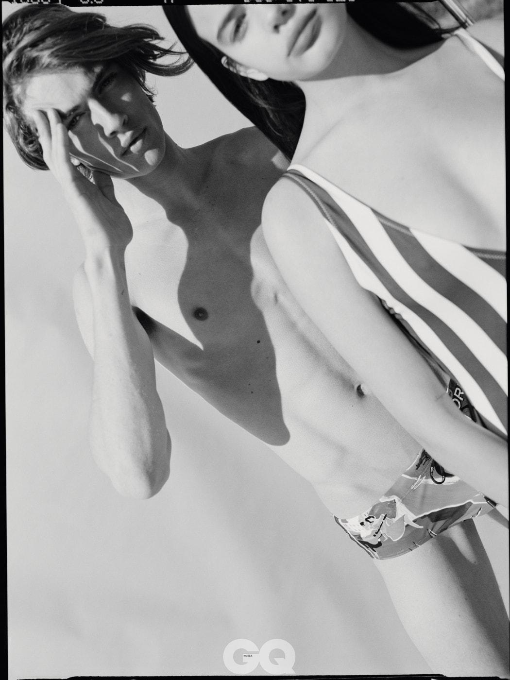 삼각 수영복 €245, 돌체&가바나. 줄무늬 수영복 €170, 솔리드 & 스트라이프 at stylebop.com.