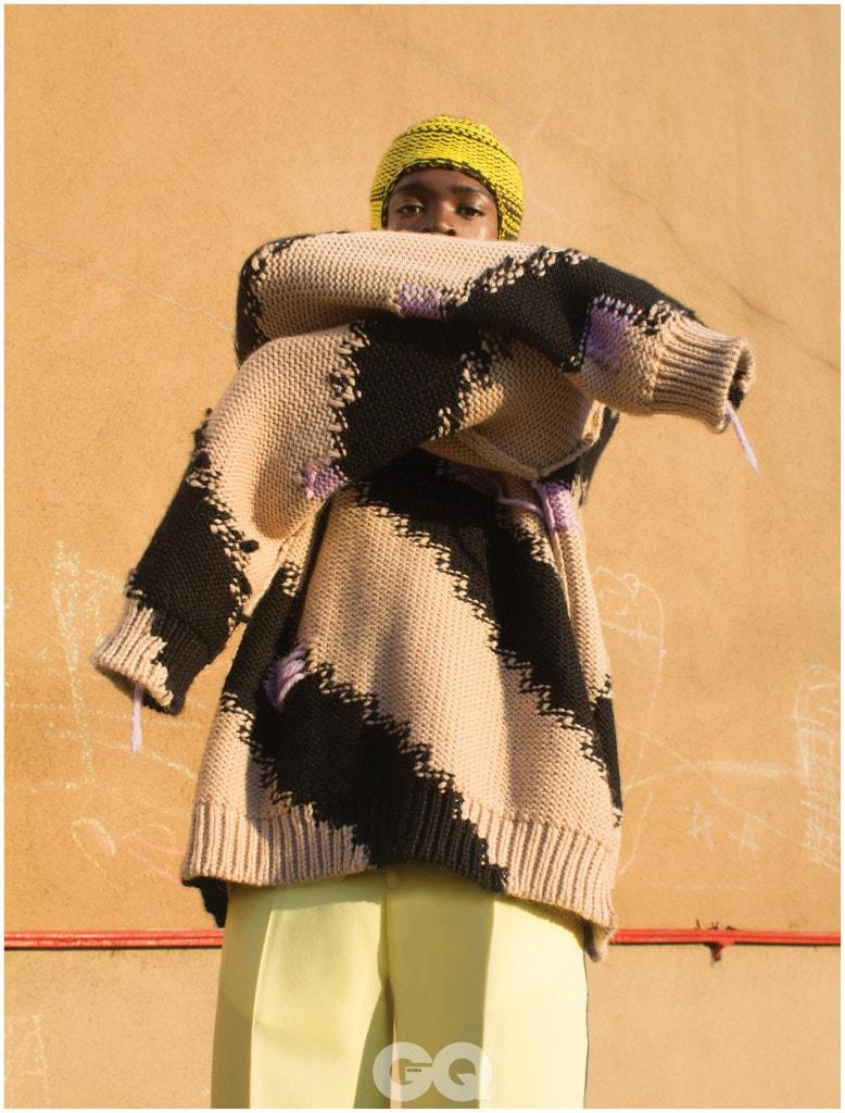 청키 니트, 옐로 팬츠, 니트 모자, 모두 캘빈클라인 205W39NYC.