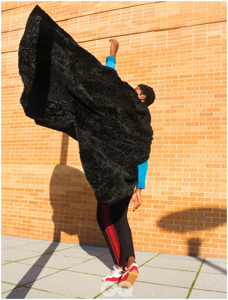케이프와 운동화, 모두 생 로랑 by 안토니 바카렐로. 블루 점퍼, 스톤 아일랜드. 블랙 팬츠, 돌체 & 가바나.